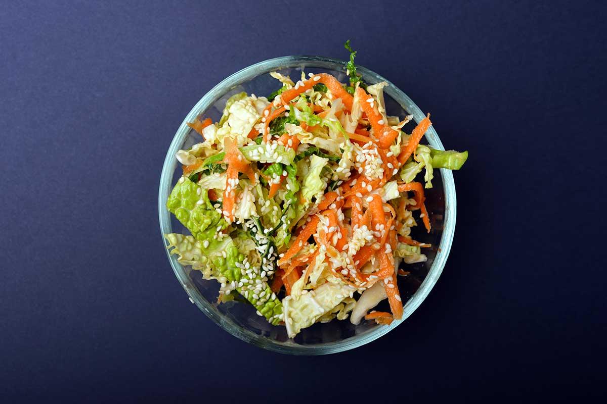 Salát z kapusty se sezamovo-zázvorovým dresinkem šéfkuchařky Sofie Smith