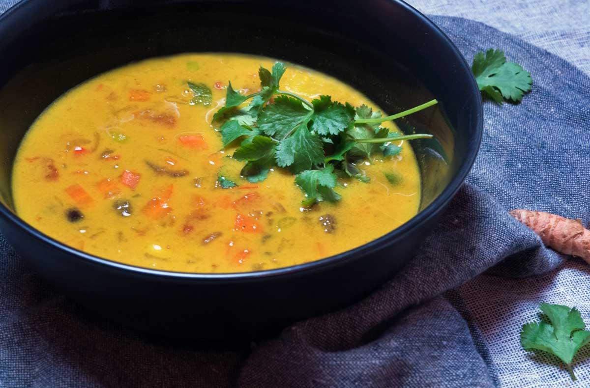 Kari polévka s čerstvou kurkumou a koriandrem