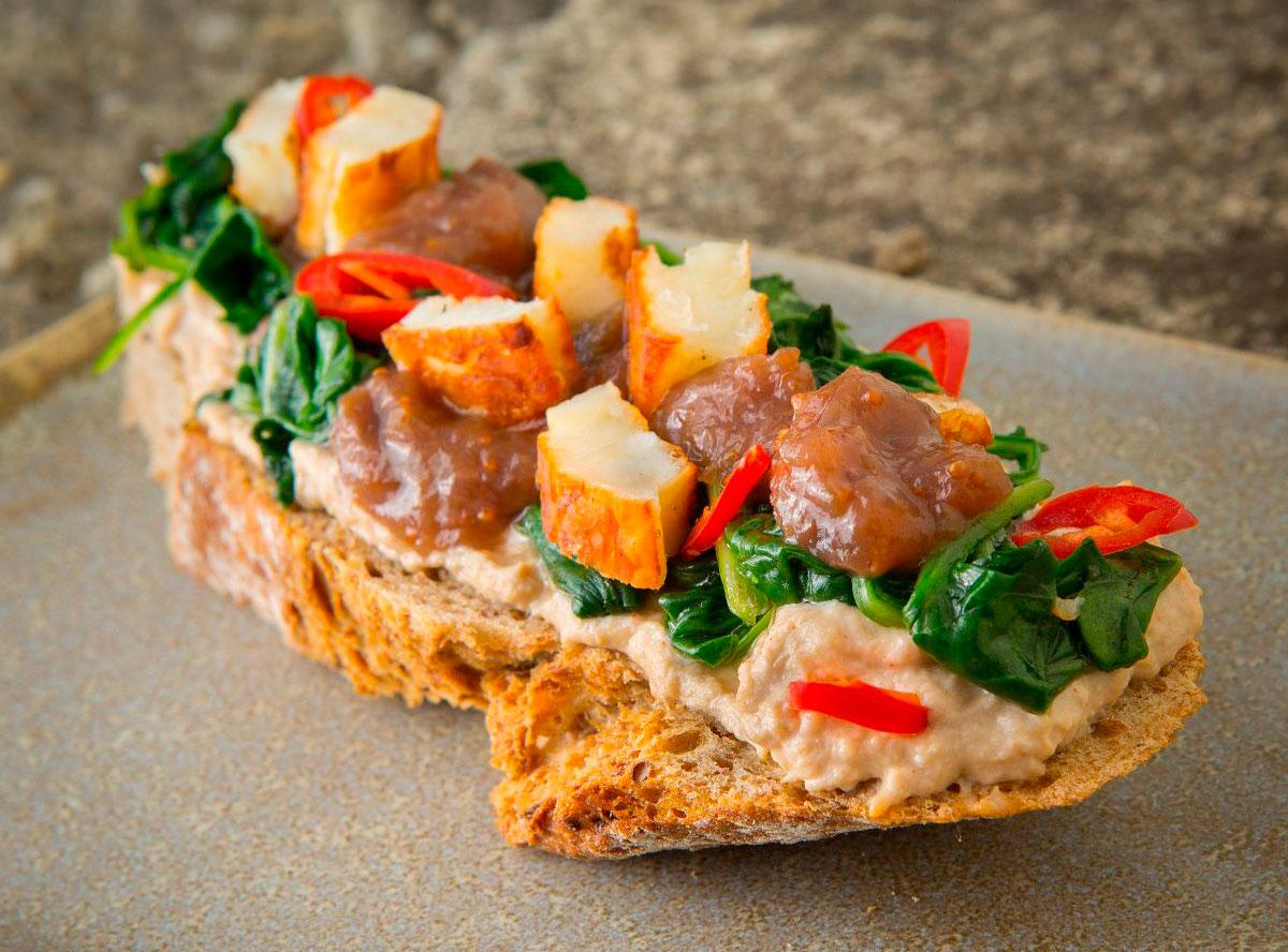 Chlebík s hlívovou pomazánkou, špenátem