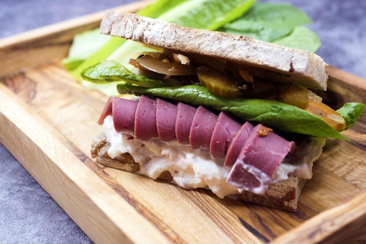 Sandwich s jelením pastrami, celerová pomazánka a Wild Wild Veg