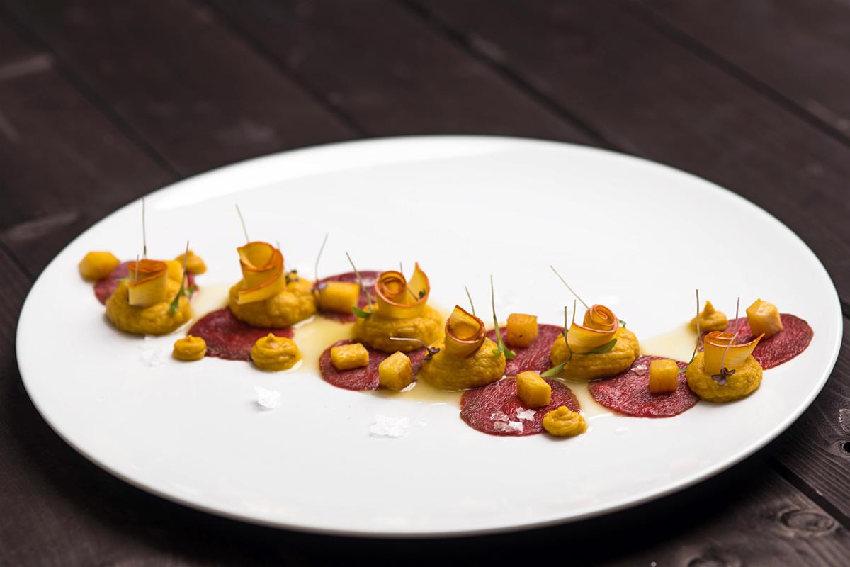 Carpaccio z jelena, pyré z dýně, marinované plátky dýně, pomerančová emulze